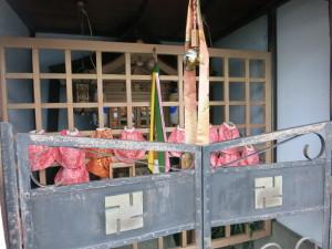 Alle Jizo tragen die in Nishijin gewebten Schürzen